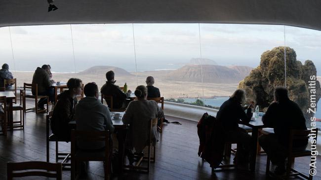 Turistai žvelgia į gražų vaizdą nuo vienos daugybės Kanarų apžvalgos aikštelių