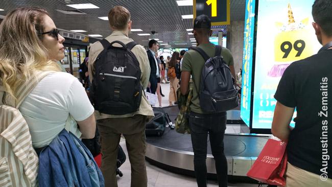 Konvejeriu važiuoja keleivių lagaminai