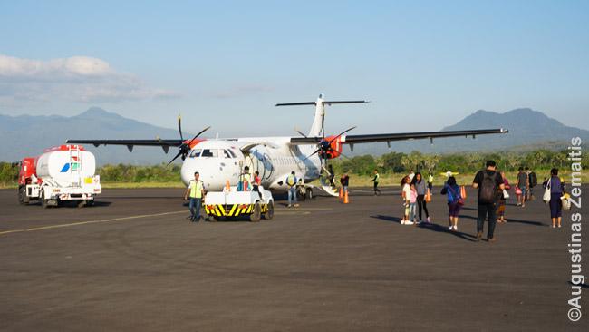 Laipinimas į lėktuvą. Mažuose oro uostuose ir į pigių skrydžių bendroves jis vyksta pėsčiomis (eiti paskui visus), kitur iki lėktuvo priveža autobusas arba lėkuvas prijungiamas specialiu koridoriumi - rankove - prie oro uosto