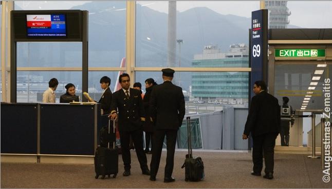Laipinimo vartai (dešinėje) ir stalas (kairėje) ties kuriuo tarnautojai tikrins bilietus prieš leisdami pro vartus. Vartai arba tiesiai ves į lėktuvą, arba į autobusą kuris priveš prie lėktuvo, arba ant oro uosto asfalto ir iki lėktuvo reiks eiti pėsčiomis