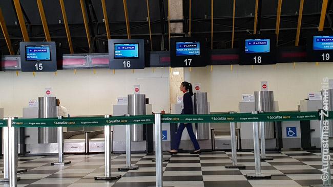 Registracijos stalai oro uoste. Reikia pasirinkti tą, virš kurio parašyti jūsų skrydžio duomenys. Kartais visi tos pačios aviakompanijso skrydžiai registruojami prie vieno registracijos stalo - tada pakanka, kad sutaptų aviakompanijos pavadinimas