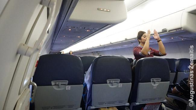 Stiuardesė duoda saugumo instrukcijas prieš skrydį (ką daryti avarijos atveju)