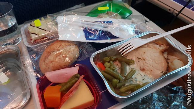 Tipinis maistas lėktuve. Ilguose skrydžiuose toks dažniausiai įeina į kainą, trumpuose dažniau pardavinėjamas arba duodamas paprastesnis maistas