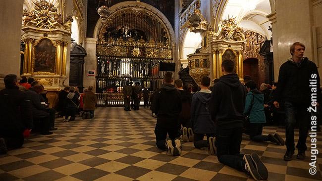 Piligrimai klaupiasi prieš Čenstakavos Mariją, 'švenčiausioje krikščioniškoje vietoje Lenkijoje'