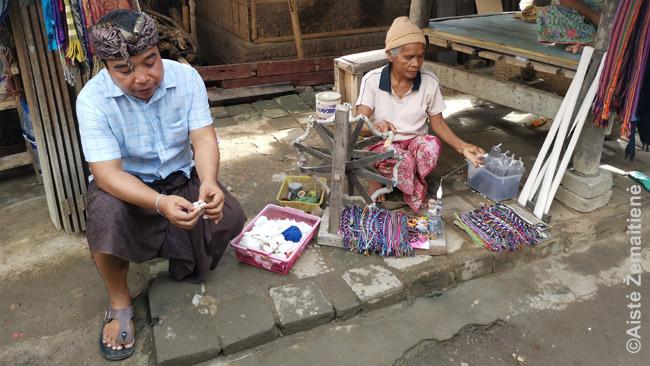 Sasakai amatininkai Sadės kaime. Ten daug parduotuvėlių, bet, kaip pasakojo vietiniai, pajamom visos dalinasi - vienos didelės parduotuvės nėra tik todėl, kad mokesčiai būtų mažesni