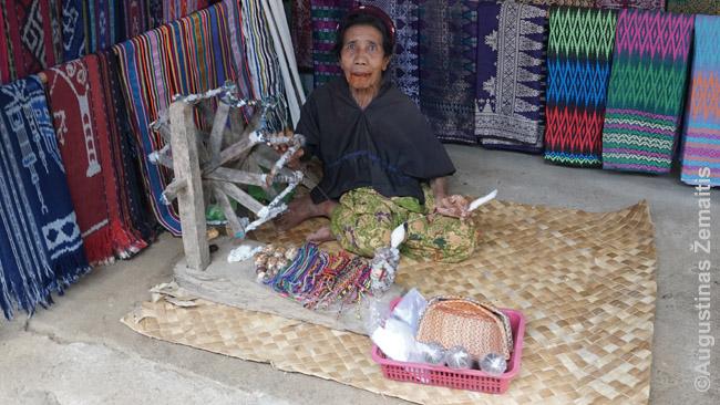Sadės kaimo moteris. Daugelio vyresnių dantys sunaikinti betelio kramtymo. Daugelis sadiečių, beje, neturi paso - kam, jie niekur neišvyksta