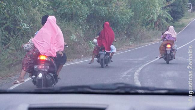 Daugelis Lomboke važinėja motociklais - ir poros, šeimos su vaikais