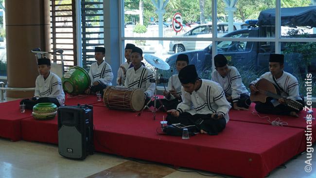 Tradicinė Lomboko muzika pasitinka atskridusius į oro uostą