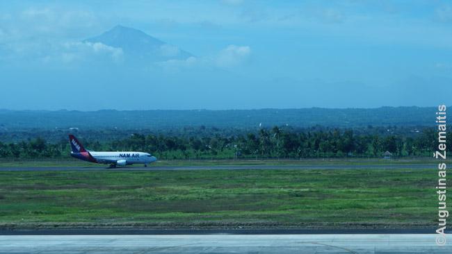 Lomboko tarptautinio oro uosto pakilimo takas su Rindžanio kalnu fone