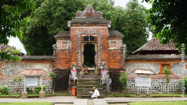 Šventikė prie Pura Lingsar šventyklos vartų