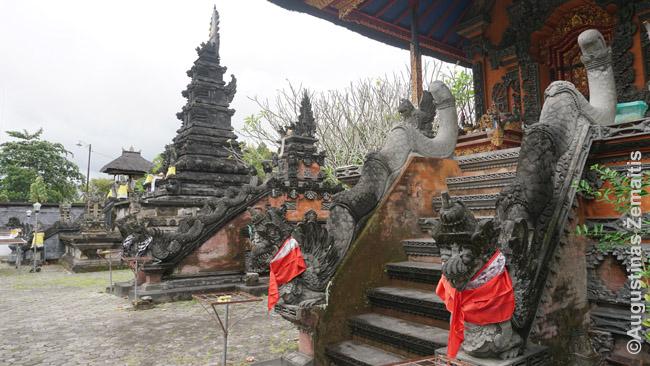 Pura Meru šventykla. Kiekvienas bokštas skirtas skirtingai hinduistų dievybei