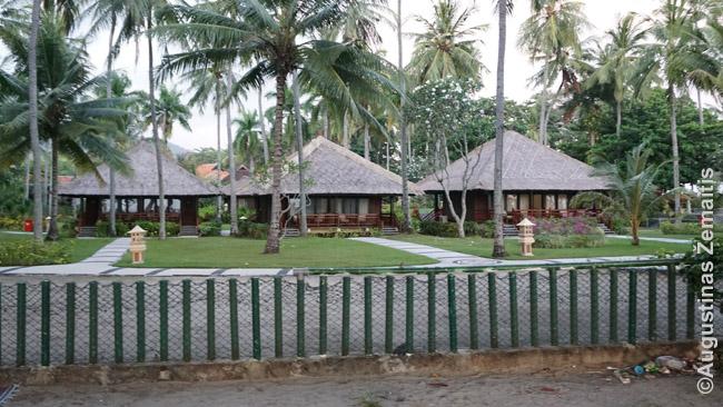 Iščiustytas viešbutis Lomboke - deja, iš karto už tvoros - labai šiukšlinas paplūdimys