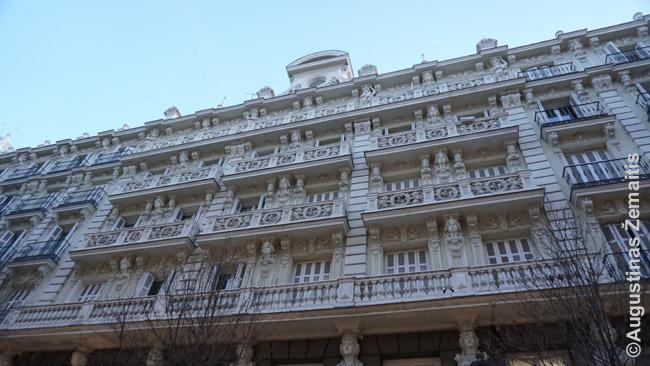 Madrido centro senas pastatas su gausybe statulų