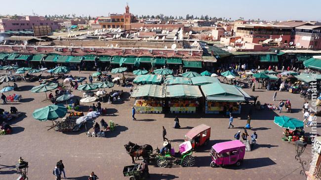 Pagrindinė Marakešo Džema El Fna aikštė, kurioje gausu ir prekijų, ir apgavikų