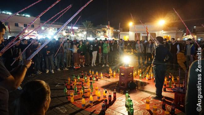 Butelių žvejojimo žaidimas - vienas daugelio pramogų ratų Džema El Fna po saulėlydžio