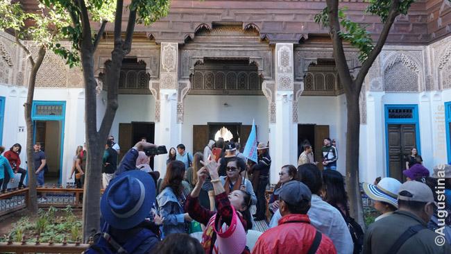 """Turistų minios - geri taikiniai """"gidams"""". Ypač kai daug tų turistų tai pirmoji išvyka už """"sąžiningo Vakarų pasaulio"""" ar sąlyginai sąžiningos Kinijos"""