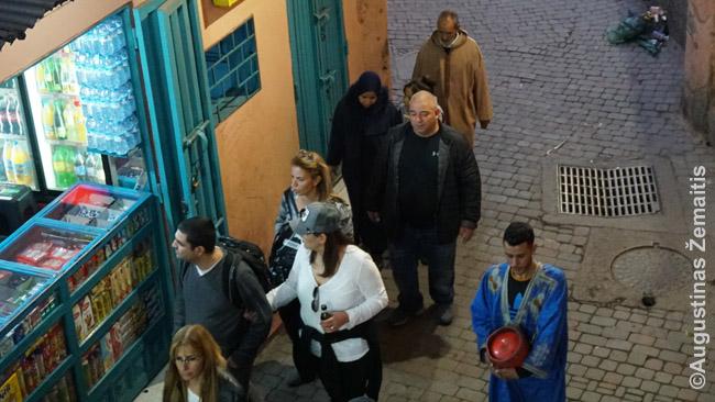 Žmonės Marakešo medinoje: turistai ir ne tik