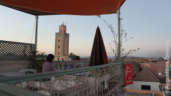Turistai gėrisi Marakešu nuo stogo kavinės