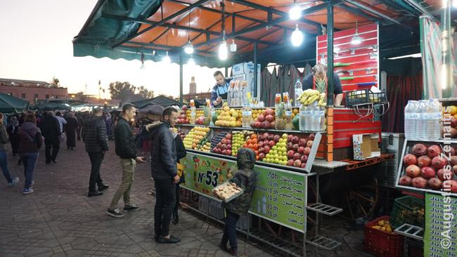 Vienas Džema El Fna sulčių spaudėjų vienoduose, netikrais vaisiais puoštuose kioskuose