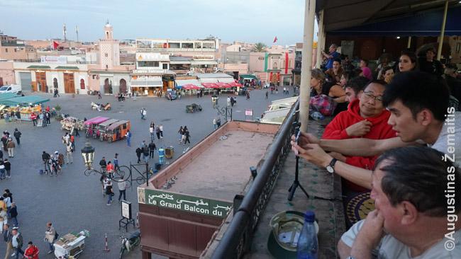 Turistai gėrisi vaizdu į Džema El Fna aikštę Marakeše