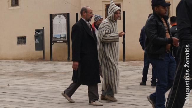 Dvigubas Marokas: greta eina žmogus tradiciniais rūbais ir vakarietiškais, atėjusiais per prancūzus