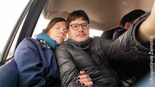 Sėdint keturiese ant Grand Taxi galinės sėdynės