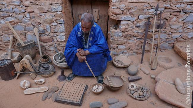 Bibliotekos šeimininkas rodo visokius surinktus Mauritanijos padargus