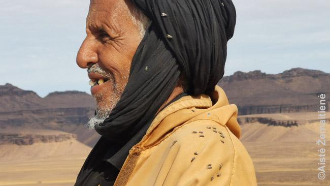 Mauritanijos dykumų gilumų gyventojas, nutūptas musių