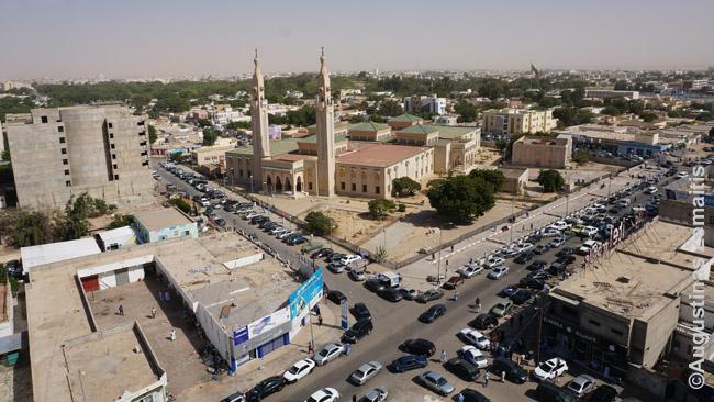 Nuakšutas nuo aukščiausio viešbučio stogo. Matosi Saudų mečetė ir prezidentūros parkas (uždaras ir supamas karių saugomos tvoros)