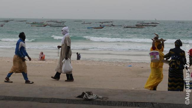 Tautiniais rūbais vilkintys vietiniai Nuakšoto žvejybos uoste
