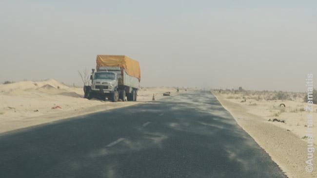 Vėjas pusto smėlį ant kelio prie Nuakšoto