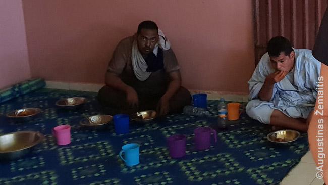 Mauritanijos šiaurėje vyrauja arabai, pietuose - juodaodžiai. Sostinėje Nuakšote, kurios restoranas čia nufotografuotas gausu ir tų, ir tų