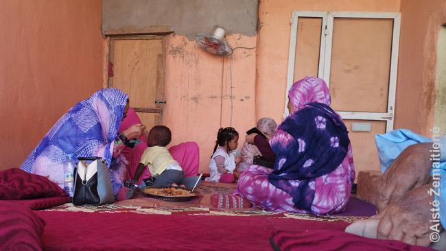 Restorane Atare. Valgėm kupranugario kepenis be jokių prieskonių ar padažų. Kupranugario kepenys – prabangus Mauritanijos maistas. Kieta mėsa. Nors nesu vegetaras, man labiau patiko daržovės.