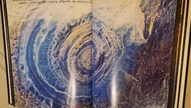 Rišato struktūra iš kosmoso. Uadano miestelio viešbutyje guli ši prancūzo fotografo knyga, kad turistams gimtų jauduliukas širdyje