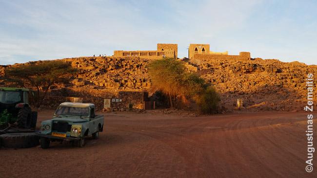 Uadanas. Aukštai - šiuolaikinis miestelis, kairėje - griuvėsiai. 'Land Roveris čia stovi virš 100 metų' - aiškino gidas ir nustebo kai pasakiau, kad prieš 100 metų Land Roverių išvis nebuvo