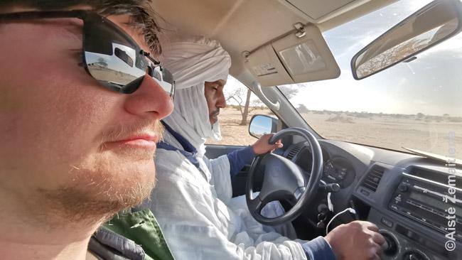 Samdytu džipu važiuojame per dykumą skambant giedamajam Koranui. Priekyje trys vietos - nuotrauką darė žmona, sėdėjusi šalia manęs