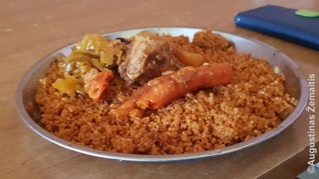 Mėgstamiausias mauritaniečių patiekalas - žuvis su daržovėmis ir ryžiais. Tai įspūdinga, nes anksčiau žuvies mauritaniečiai nevalgydavo. Iki šiol daugybė žvejų - imigrantai. Kita vertus, kai pagalvoji, bulvės juk iš Amerikos, jų lietuviai seniau neturėjo, ir cepelinai irgi nėra toks jau senas patiekalas....