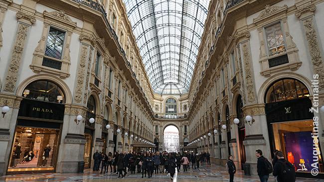 Mados sostinė Milanas ir šis visame pasaulyje garsus istorinis Vittorio Emanuele prekybos centras - viena prabangos ieškotojų apsipirkimams pamėgtų vietų