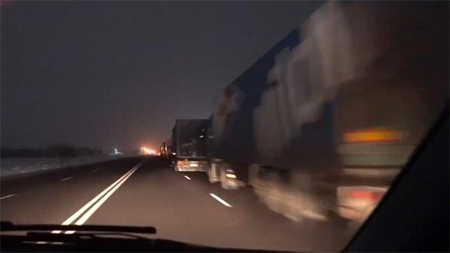 Ties Rumunijos-Bulgarijos siena lenkiame sunkvežimių eilę. Nežinia, kada jie pravažiuos pasienį.