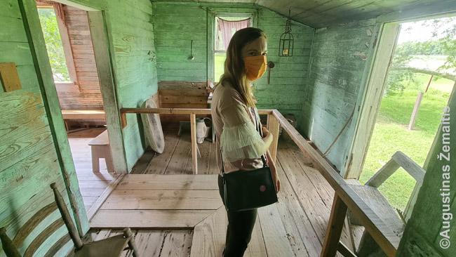 Atstatytame vergų namelyje Lauros plantacijoje
