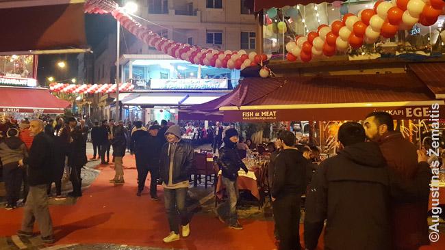 Stambulo restoranai naujametę naktį. Daug jų siūlo gana nepigias (Turkijos mastais) naujametes programas - pvz. su pilvo šokiu ir pan.