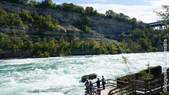 Ties baltojo vandens pasivaikščiojimu Niagaros upė gerokai susiaurėja, todėl ten šitoks tūžmingas vandens greitis