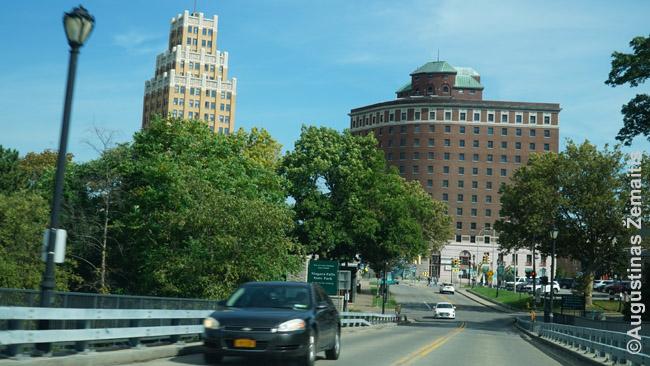 Vos du Niagara Folso centre išlikę seni gražūs pastatai. Ir dešinys jų apleistas.