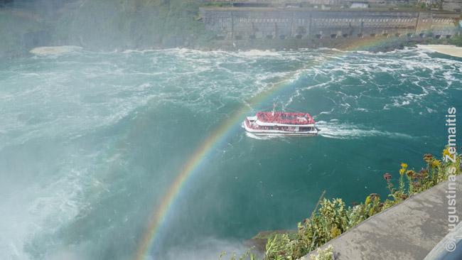 Plaukimas laivu po Niagaros kriokliais - viena daugybė tebesitęsiančių bent 100 metų senumo pramogų
