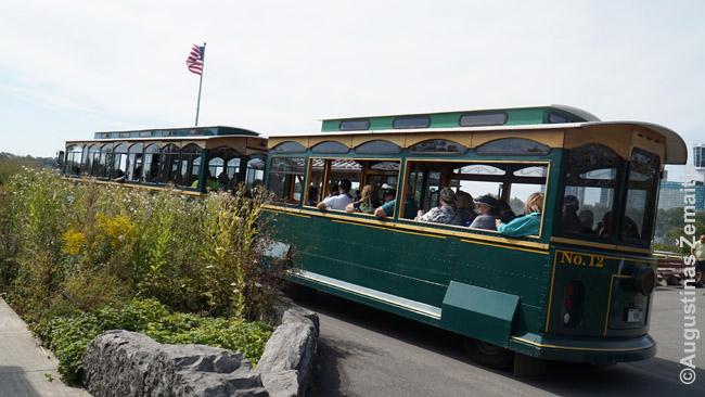 Jei Kanados pusėje vežioja prasti autobusai, JAV pusėje turistams paleisti tokie neva šimto metų traukinukai