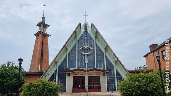 Niujorko Atsimainymo lietuvių bažnyčia. Net ir bokštas čia - tarsi didelis lietuviškas koplytstulpis.