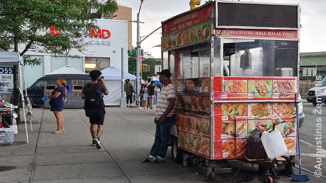 Kioskai su maistu, dažnai halal, įvairių virtuvių, laikomi įvairių tautybių imigrantų ir paplitę o visą miestą - Niujorko įvairovės pavyzdys