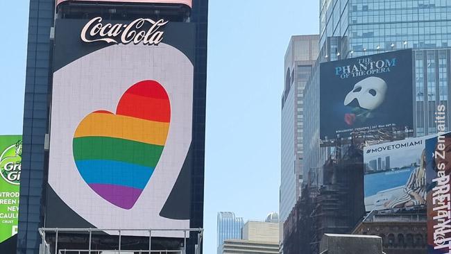 Coca Cola 'linktelėjimas' LGBT Times aikštėje - vienas daugybės. Šiandien, priešingai nei Stonewall laikais, Niujorke tai seniai nebėra protestas, o priešingai: lojalumo pareiškimas vyraujančiai nuomonei. Toks tik didina pardavimus, valdžios ir elito palankumą – kai tikrieji protestai, tuo tarpu, tik smogia verslui, ir todėl beveik jokie rimti verslininkai nedrįsta eiti į tikrus protestus