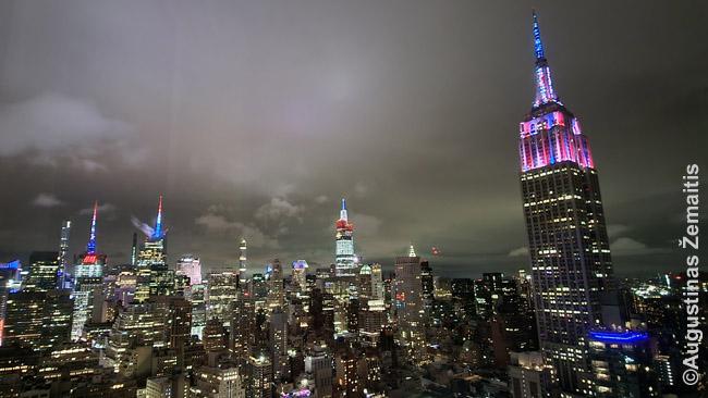 Niujorko vaizdas liepos 4 d. (nepriklausomybės dieną) pro mūsų AirBnB buto langą. Šitas kainavo apie 100 eurų