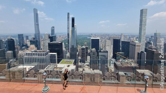 Milijardierių eilė žvelgiant iš Rokfelerio centro. Centrinis parkas jiems už nugaros.